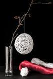 在玻璃的桤木分支与白色圣诞节球和圣诞老人 免版税图库摄影