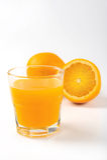 在玻璃的橙色新鲜的汁液 免版税图库摄影