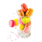 在玻璃的法国五颜六色的macarons 图库摄影