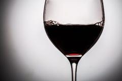 在玻璃的深红酒填装了它一半 免版税库存图片