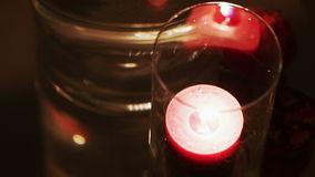 在玻璃的灼烧的蜡烛 股票视频