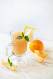 在玻璃的瓜汁 免版税库存照片
