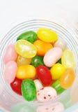 在玻璃的甜糖果软心豆粒糖五颜六色的这 免版税库存图片