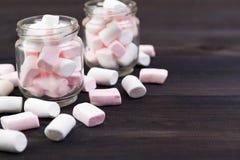 在玻璃的白色和桃红色蛋白软糖 免版税库存照片