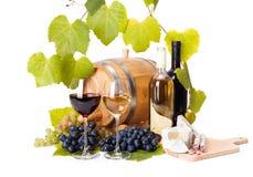 在玻璃的红色和白葡萄酒 免版税库存照片