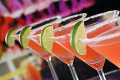 在玻璃的红色马蒂尼鸡尾酒鸡尾酒在酒吧 免版税库存图片