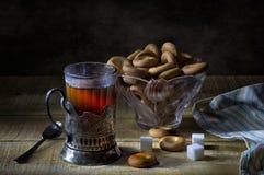 在玻璃的红茶与cupholder和干燥 免版税库存照片