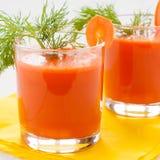 在玻璃的红萝卜汁,特写镜头 免版税库存照片