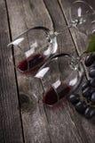 在玻璃的红葡萄酒在木背景 库存图片