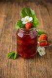 在玻璃的自创草莓酱 免版税库存图片