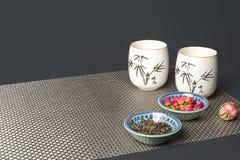在玻璃的花茶在桌集合安排了 免版税图库摄影