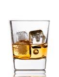 在玻璃的苏格兰威士忌酒与在白色的冰块 免版税库存图片