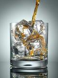 在玻璃的苏格兰威士忌酒与完善的冰 图库摄影
