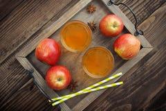 在玻璃的苹果汁 免版税库存照片