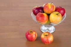 在玻璃的苹果 免版税库存照片