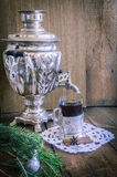 在玻璃的茶与沿海航船和俄国俄国式茶炊 免版税图库摄影