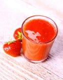 在玻璃的草莓圆滑的人用两个莓果 图库摄影