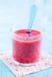 在玻璃的草莓圆滑的人 免版税库存照片