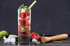 在玻璃的草莓柠檬水与冰块 免版税图库摄影