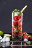 在玻璃的草莓柠檬水与冰块 免版税库存图片