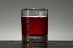在玻璃的草莓汁 免版税库存图片