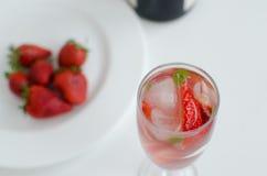 在玻璃的草莓用薄菏 免版税库存照片