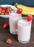 在玻璃的草莓香蕉圆滑的人健康早餐饮料 库存照片