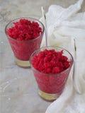 在玻璃的莓冰糕 在轻的背景的冷冻莓果点心 奶油色冰粉红色 文本的空间 免版税库存图片