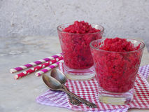 在玻璃的莓冰糕 在轻的背景的冷冻莓果点心 奶油色冰粉红色 文本的空间 库存图片