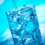 在玻璃的蓝色鸡尾酒与冰 免版税库存图片