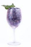 在玻璃的蓝莓与叶子 免版税库存图片