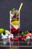 在玻璃的蔓越桔柠檬水与冰块 免版税库存图片