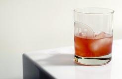 在玻璃的蔓越桔鸡尾酒 免版税库存图片