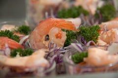 在玻璃的虾仁开胃品 免版税库存图片