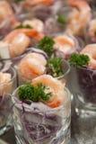 在玻璃的虾仁开胃品 免版税库存照片