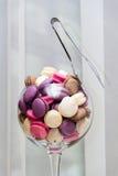 在玻璃的蛋白杏仁饼干 免版税库存照片