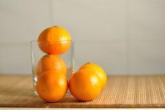 在玻璃的蜜桔 免版税库存照片