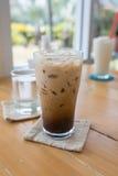 在玻璃的被冰的咖啡在桌上 库存图片
