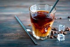 在玻璃的被冰的咖啡whis牛奶 免版税库存照片