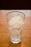 在玻璃的被击碎的冰。 图库摄影