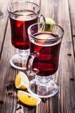 在玻璃的被仔细考虑的酒 免版税库存照片