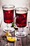 在玻璃的被仔细考虑的酒 免版税库存图片