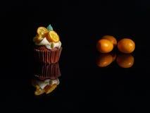 在黑玻璃的赤土陶器杯形蛋糕 图库摄影
