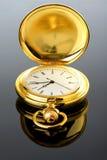 在玻璃的金黄怀表与反射 免版税库存照片