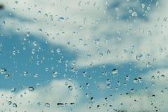 在玻璃的雨下落 库存图片