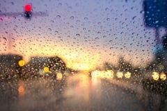 在玻璃的雨下落 库存照片