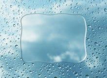 在玻璃的雨下落 皇族释放例证
