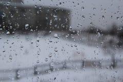 在玻璃的雨珠 免版税库存图片
