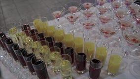在玻璃的香宾用在桌和党背景的新鲜的樱桃 玻璃顶视图用不同的酒精饮料的 股票录像