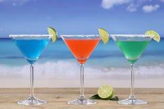 在玻璃的马蒂尼鸡尾酒鸡尾酒在海滩用柠檬 库存照片